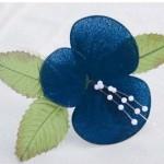 Egyszerű kék melltű – harisnyavirággal
